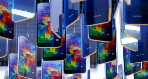 Samsung Sees Phone Rebound After Earnings Miss Estimates